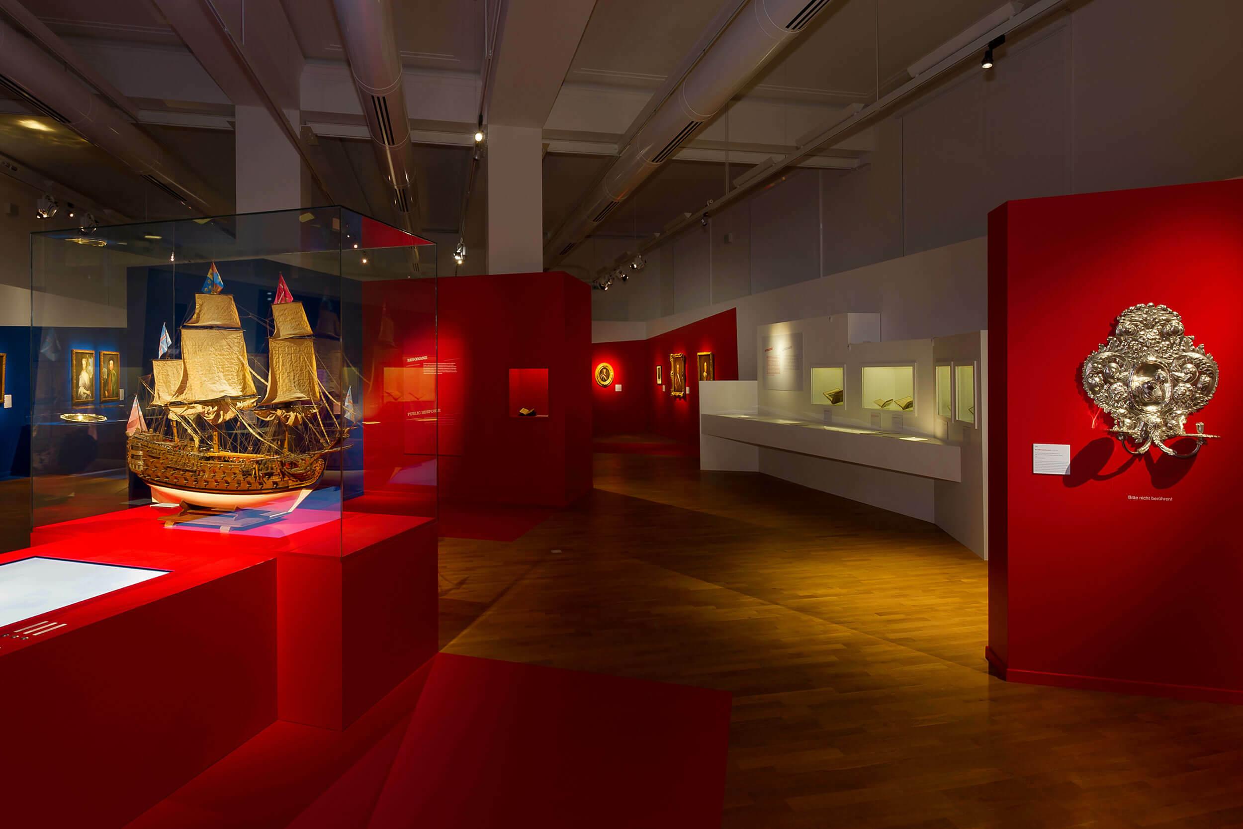 Exponat eines historischen Schiffsmodells in einer Vitrine