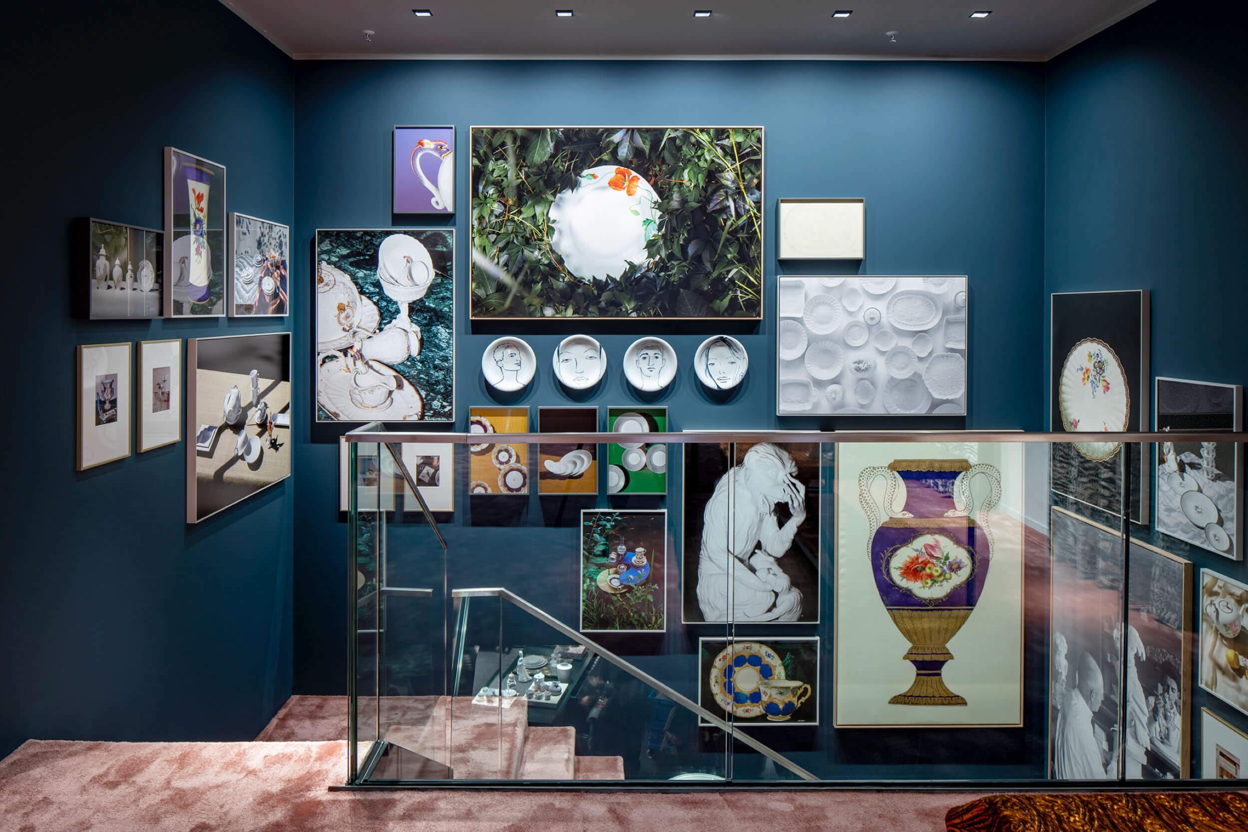 Wanddekoration mit Bildern und Porzellantellern von Meissen