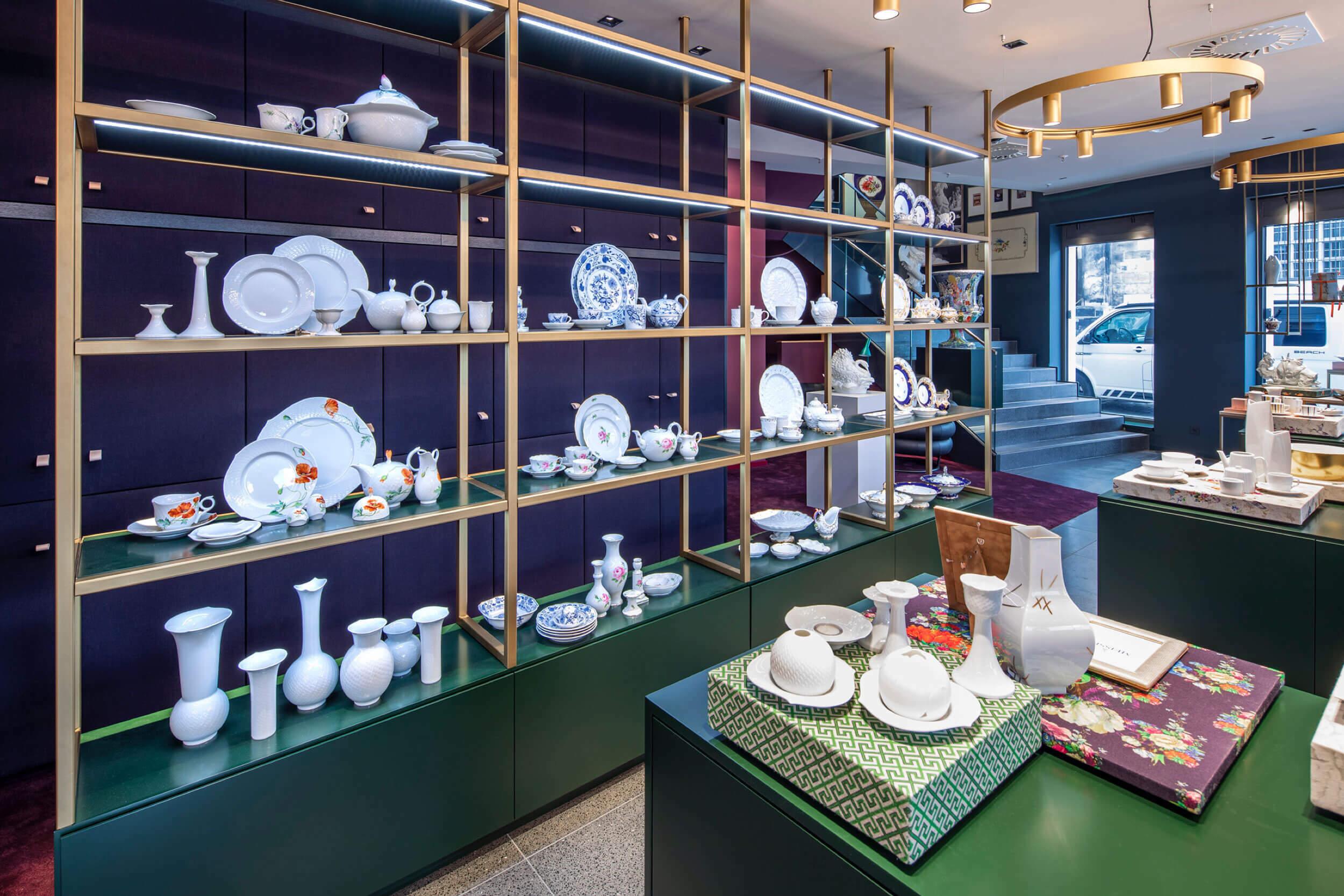 Regal mit verschiedenen Meissen Porzellandesigns