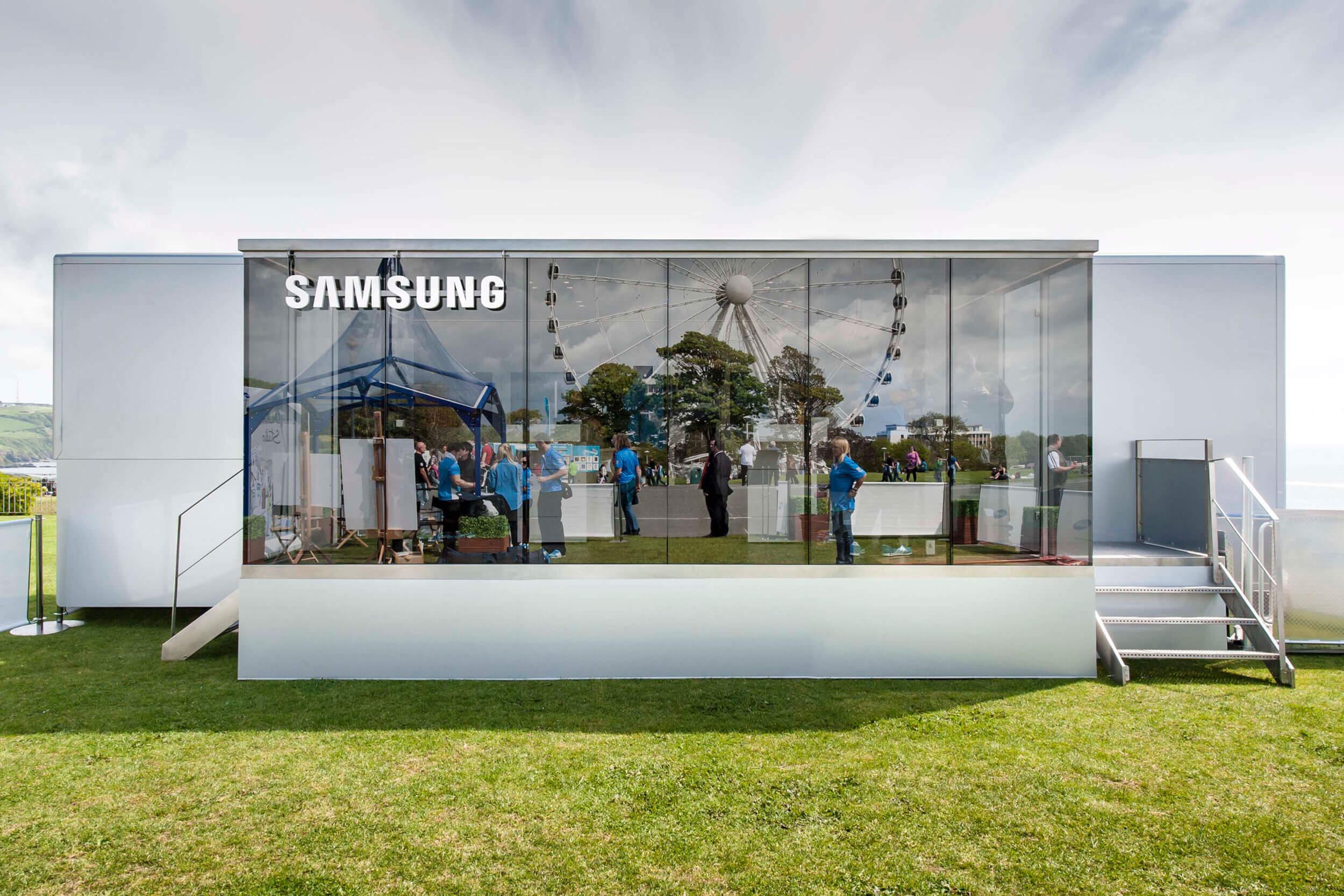 Spiegelung von Samsung Mitarbeitern und einem Riesenrad