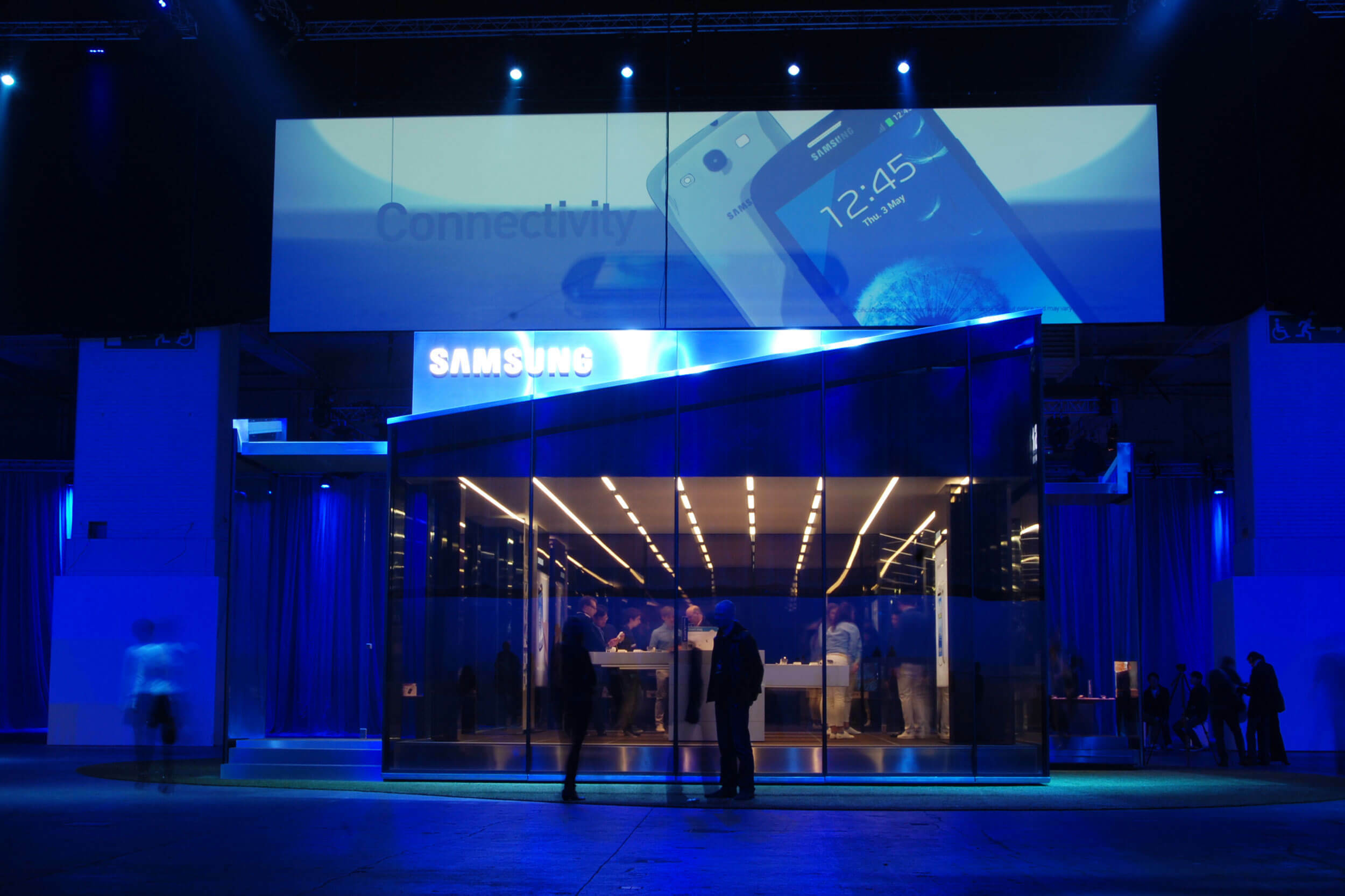 Blau ausgeleuchteter Bereich des Samsung Olympic Parks