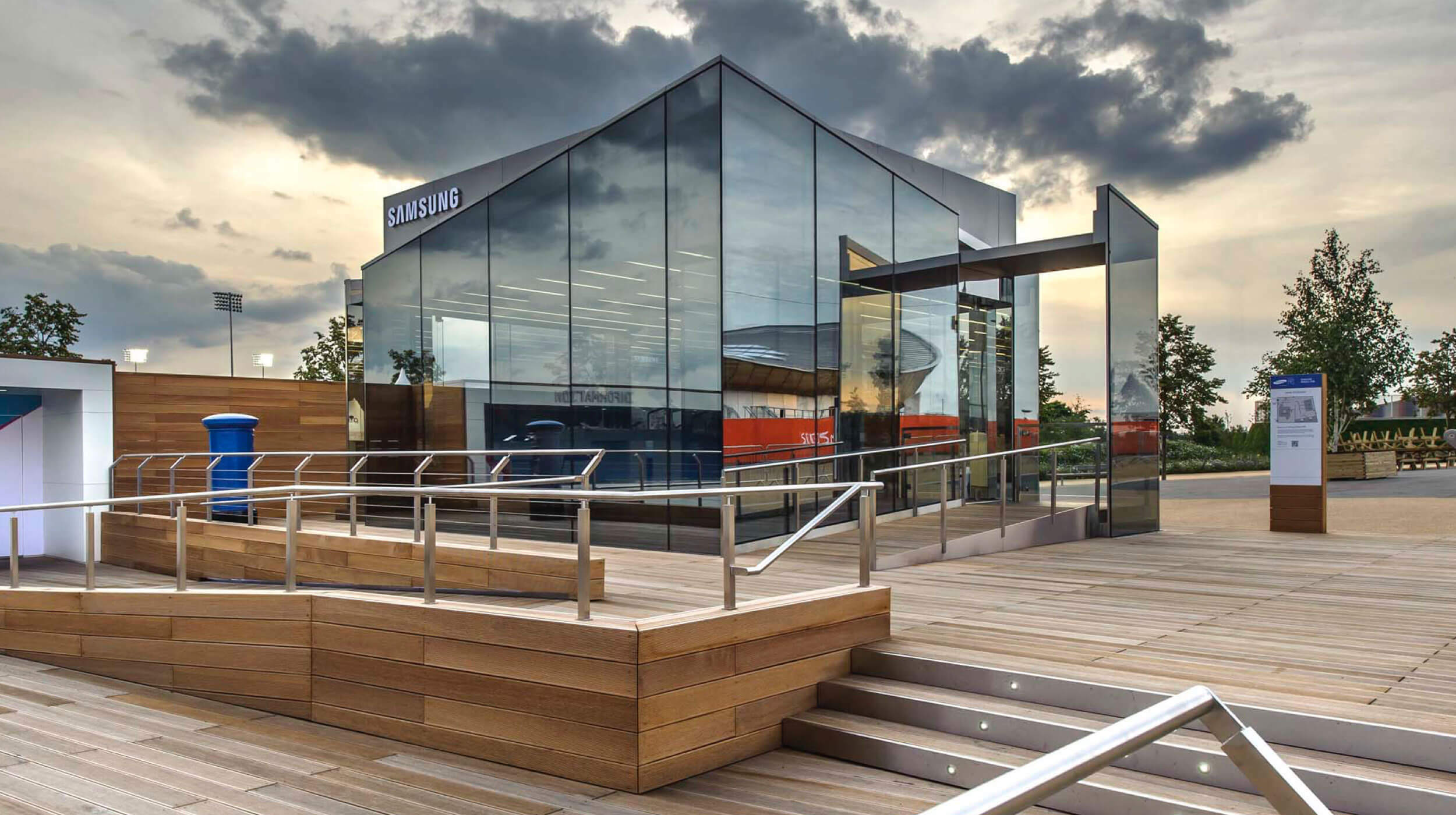 Der Samsung Olympic Park Pavillon aus Glas von außen