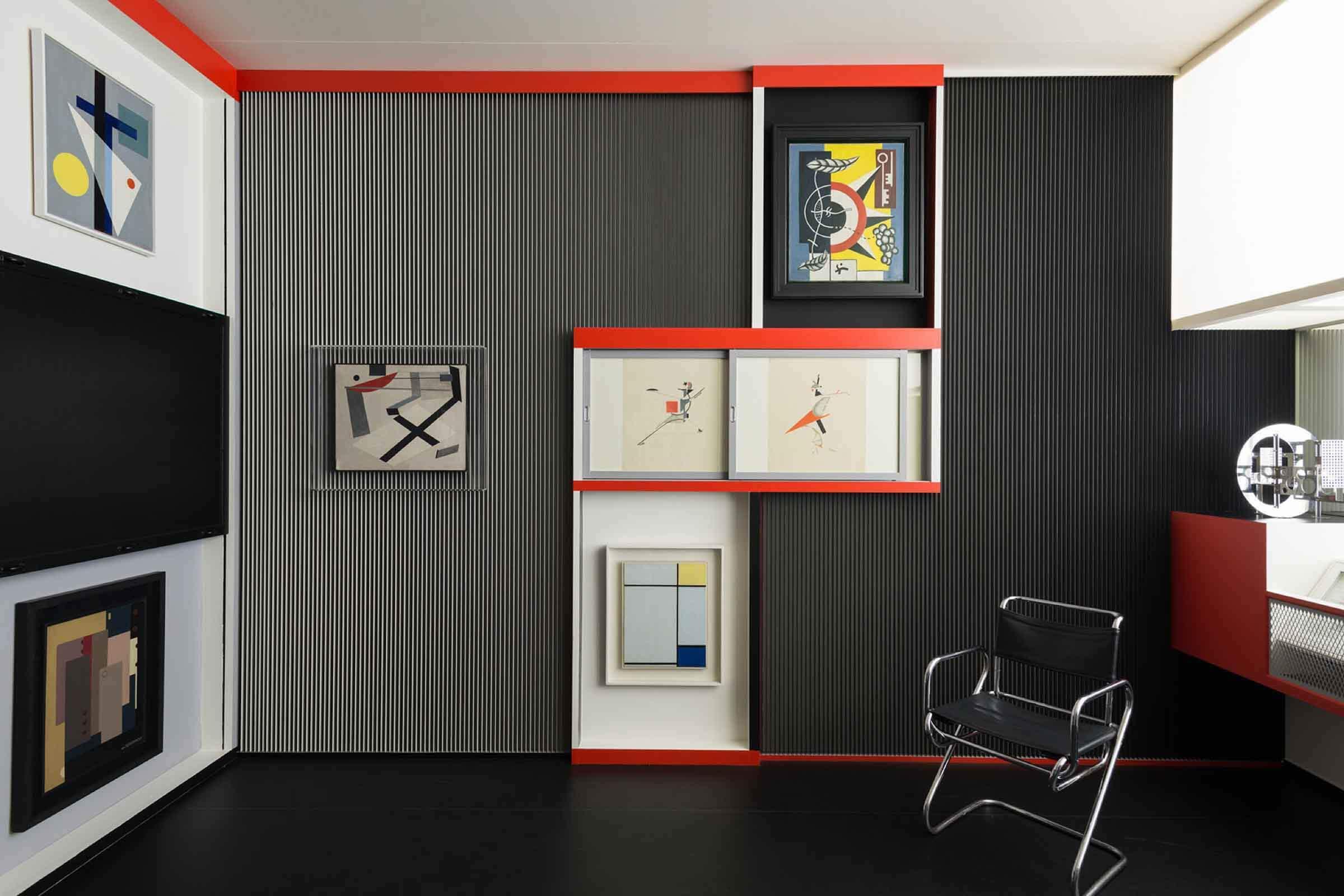 Verschiedene Kunstwerke an einer Wand