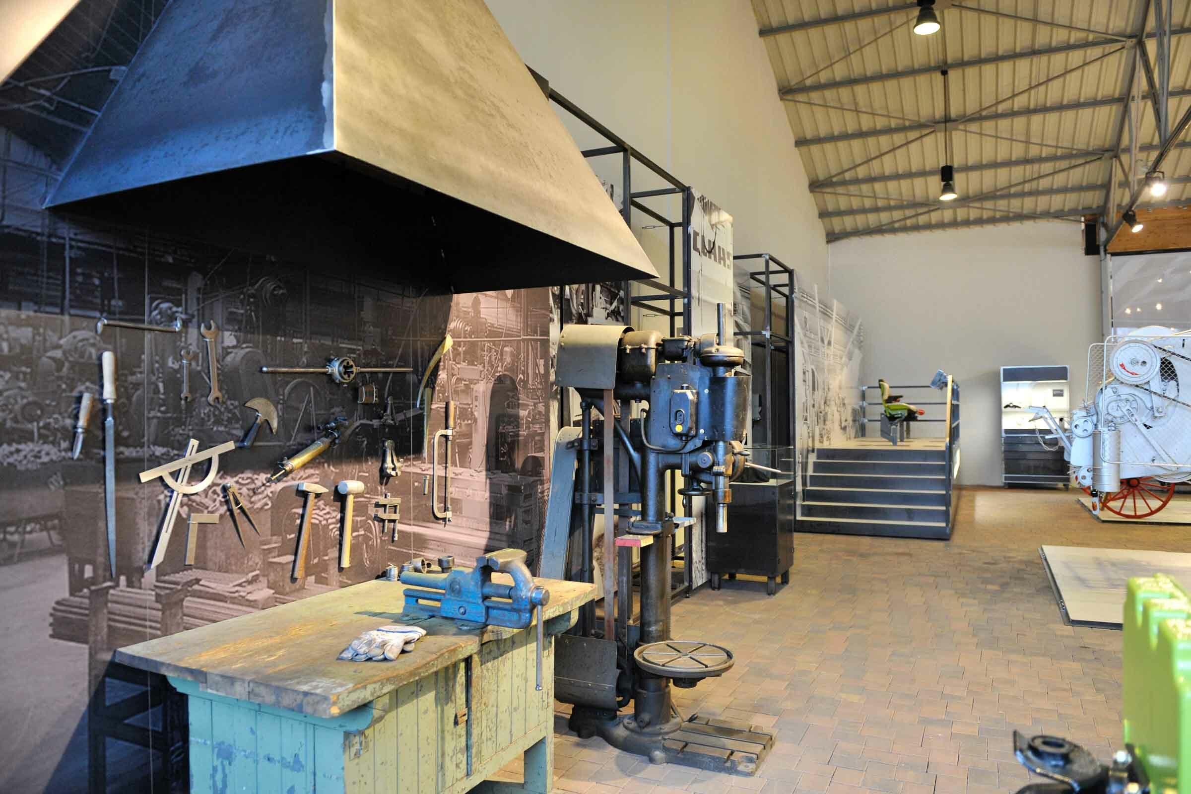 Exponat einer historischen Werkstätte mit Werkzeugen